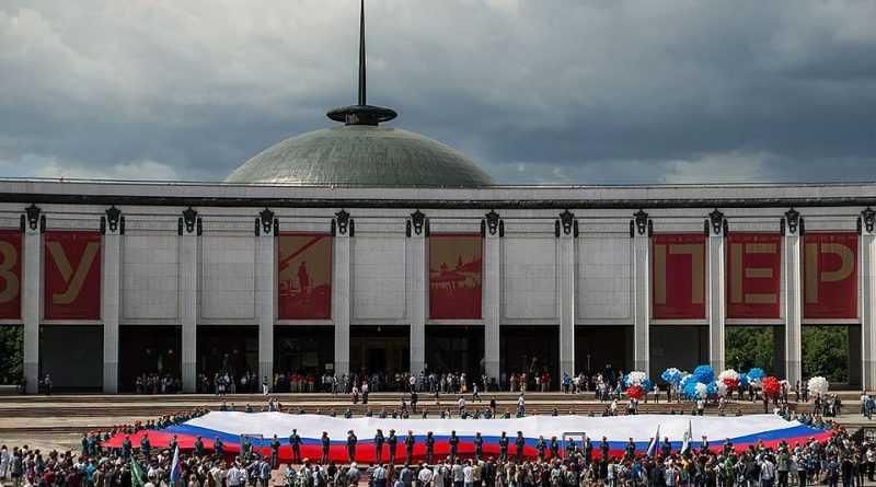 Самый большой флаг России