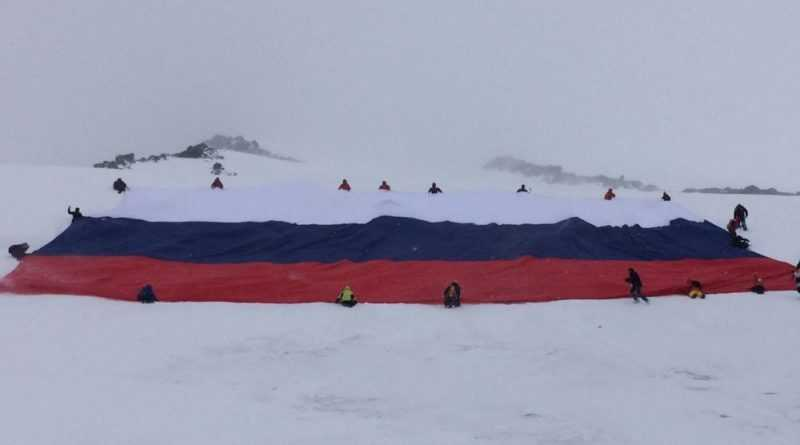 Самый большой национальный флаг развернутый на Эльбрусе